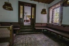 Antecâmara ao salão na residencial velha imagem de stock