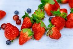 Antecedentes de las bayas Fresas, arándano, frambuesas, y Blackberry Fotos de archivo libres de regalías