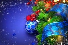 Antecedentes del día de fiesta de la Navidad Árbol de navidad adornado sobre azul Foto de archivo