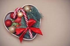 Antecedentes del día de fiesta de la Navidad Caja de madera del corazón con las decoraciones de la Navidad: Baubble rojo, abeto r Fotografía de archivo