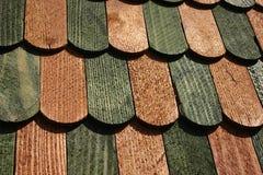 Antecedentes: repisas de madera, listones del verde y color 2 del queso de cerdo Imagen de archivo
