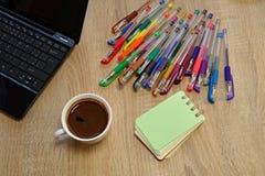 Anteckningsböcker färgade pennor Arkivfoto