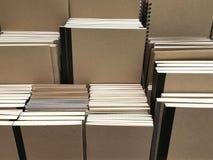 Anteckningsböcker för räkning för Kraft papper på hyllabakgrund royaltyfria bilder