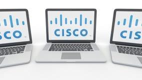 Anteckningsböcker med den Cisco Systems logoen på skärmen Tolkning för ledare 3D för datateknik begreppsmässig Royaltyfri Foto