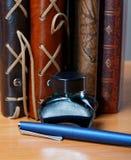Anteckningsböcker med läderräkningspennan och färgpulver Arkivbilder