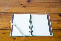Anteckningsböcker och pennor royaltyfri fotografi
