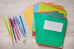 Anteckningsböcker och pennor arkivfoto