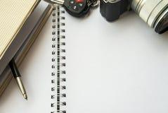 Anteckningsböcker som överdras med kamera- och biltangenter royaltyfri bild