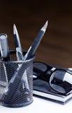 Anteckningsbok, blyertspenna och exponeringsglas Arkivbild