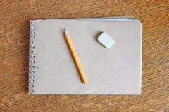 Anteckningsbok, blyertspenna och radergummi royaltyfri bild