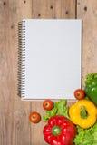 Anteckningsbok för kulinariska recept med nya organiska grönsaker Arkivfoton