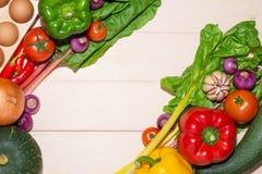 Anteckningsbok för kulinariska recept med nya organiska grönsaker Fotografering för Bildbyråer