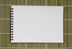 Anteckningsbok för notepad för tomt vitt dammpapper realistisk spiral på ligh Royaltyfri Fotografi