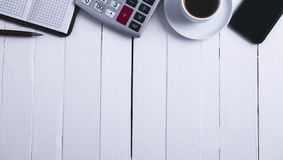 Anteckningsbok för räknemaskinsmartphonekaffe royaltyfria bilder
