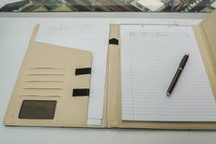 Anteckningsbok i läderfallet för minneslista och minut av mötet Arkivbilder