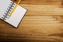 Anteckningsbok i skrivbord Fotografering för Bildbyråer