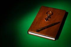Anteckningsbok, keychain och penna Fotografering för Bildbyråer