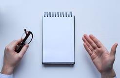 anteckningsbok Lösningen av problemet Penna, anteckningsbok och behändigt Fotografering för Bildbyråer