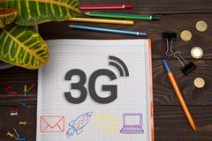 Anteckningsbok med anmärkningar 3G på kontorstabellen med hjälpmedel Begrepp Royaltyfria Foton