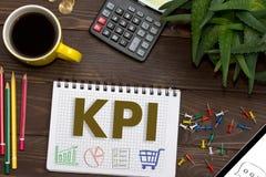 Anteckningsbok med anmärkningar KPI på kontorstabellen med hjälpmedel Royaltyfria Foton