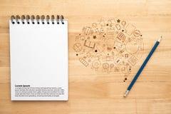 Anteckningsbok med blyertspennan på trätabellen Arkivbild