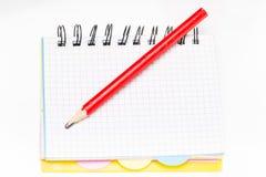 anteckningsbok med blyertspennan på vit bakgrund Fotografering för Bildbyråer