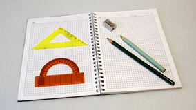 Anteckningsbok med blyertspennor och linjaler på en ljus bakgrund Royaltyfria Bilder