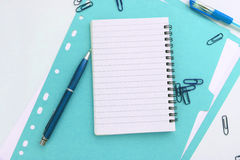Anteckningsbok med den blåa mappen stock illustrationer