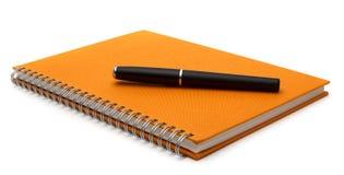 Anteckningsbok med den isolerade pennan Arkivbild