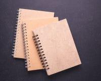 Anteckningsbok med den tomma tomma räkningen på svart stentabellbakgrund Royaltyfria Foton