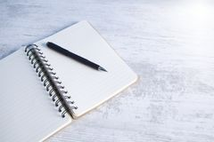 Anteckningsbok med en penna på skrivbordet fotografering för bildbyråer