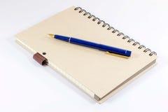 Anteckningsbok med en reservoarpenna Arkivbild