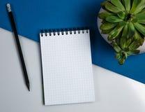 Anteckningsbok med en svart blyertspenna arkivbilder