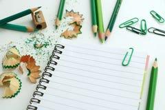 Anteckningsbok med gröna blyertspennor vektor illustrationer