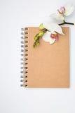 Anteckningsbok med härligt blommalyckönskanbegrepp Royaltyfria Bilder