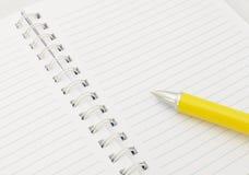 Anteckningsbok med pennan Arkivfoto