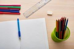 anteckningsbok med pennan och blyertspennor Arkivfoto