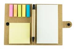 Anteckningsbok med pennan på vit bakgrund Royaltyfri Foto