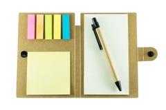 Anteckningsbok med pennan på vit bakgrund Fotografering för Bildbyråer