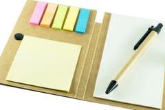 Anteckningsbok med pennan på vit bakgrund Royaltyfria Foton