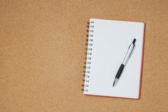 Anteckningsbok med pennan p? tr?tabellen, aff?rsid? royaltyfri fotografi