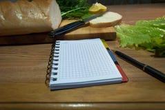Anteckningsbok med recept recept-boken ett tomt blad Arkivfoton