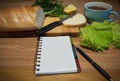 Anteckningsbok med recept recept-boken ett tomt blad Arkivbilder