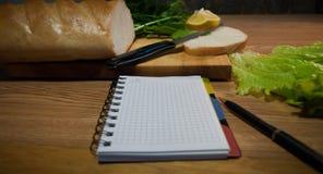 Anteckningsbok med recept recept-boken ett tomt blad Royaltyfri Fotografi