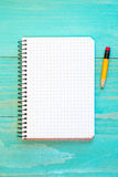 Anteckningsbok och blyertspenna på den blåa yttersidan Royaltyfri Fotografi