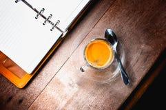 Anteckningsbok och kaffe Arkivbilder