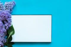 Anteckningsbok och lila arkivfoto