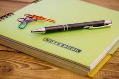 Anteckningsbok och penna på viten Royaltyfria Foton