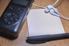 Anteckningsbok och penna p? tr?tabellen royaltyfri fotografi