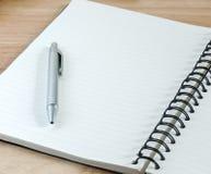 Anteckningsbok och penna som är klara för att skriva arkivfoto